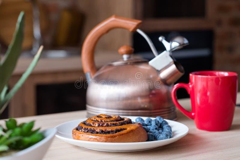 Tazza del bollitore della cucina del pasto di mattina della prima colazione dell'alimento fotografie stock libere da diritti