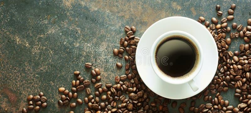 Tazza del caffè caldo del caffè espresso con i fagioli pieni dell'arrosto immagine stock