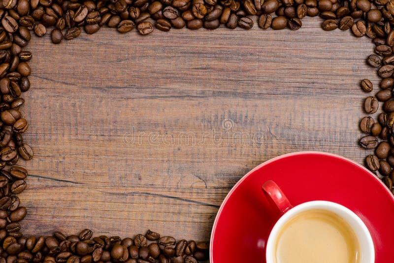 Tazza del caffè del caffè espresso con la struttura dei fagioli immagine stock