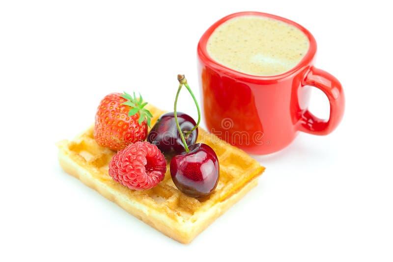 Tazza del Cappuccino, cialde, ciliege, fragole fotografia stock