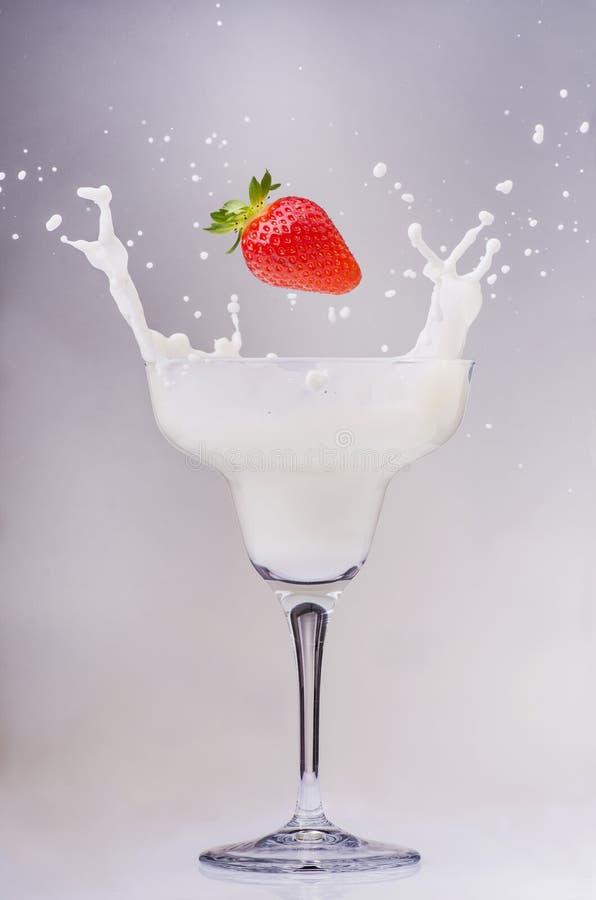 Tazza del cocktail con latte e la fragola fotografia stock