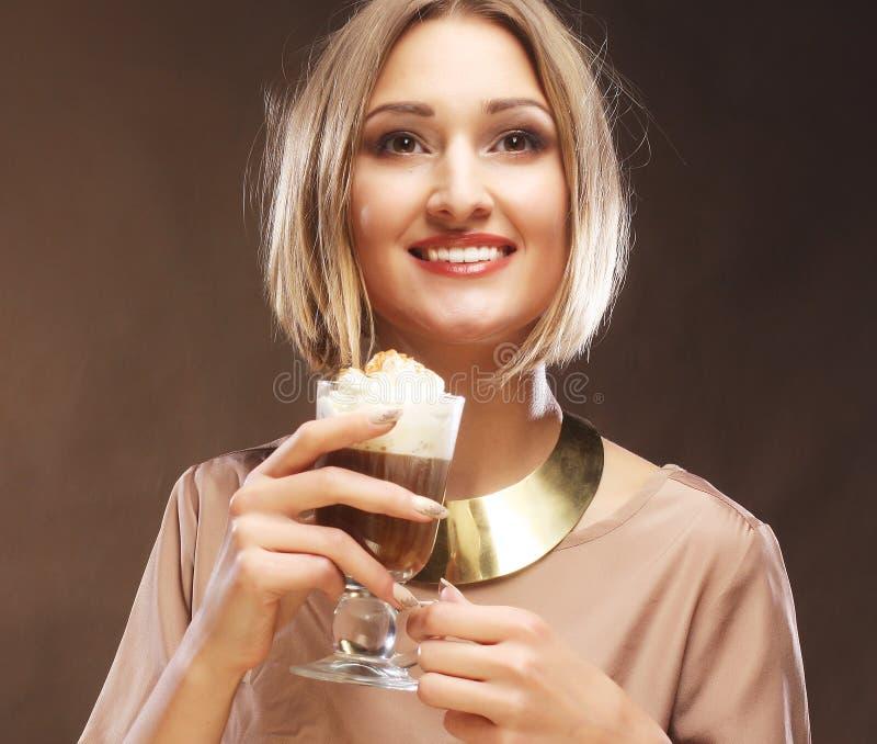 Download Tazza Del Latte Del Caffè Della Tenuta Della Giovane Donna Immagine Stock - Immagine di caffè, biondo: 55358103