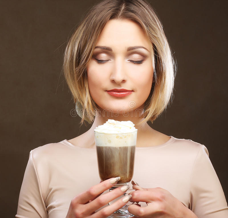 Download Tazza Del Latte Del Caffè Della Tenuta Della Giovane Donna Fotografia Stock - Immagine di tenuta, cliente: 56878822