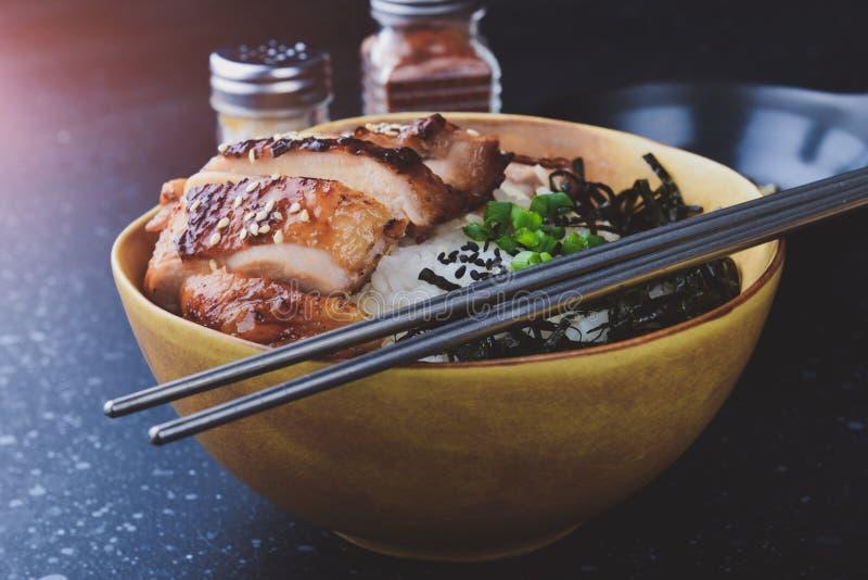 Tazza del riso con il pollo arrostito nello stile giapponese immagini stock