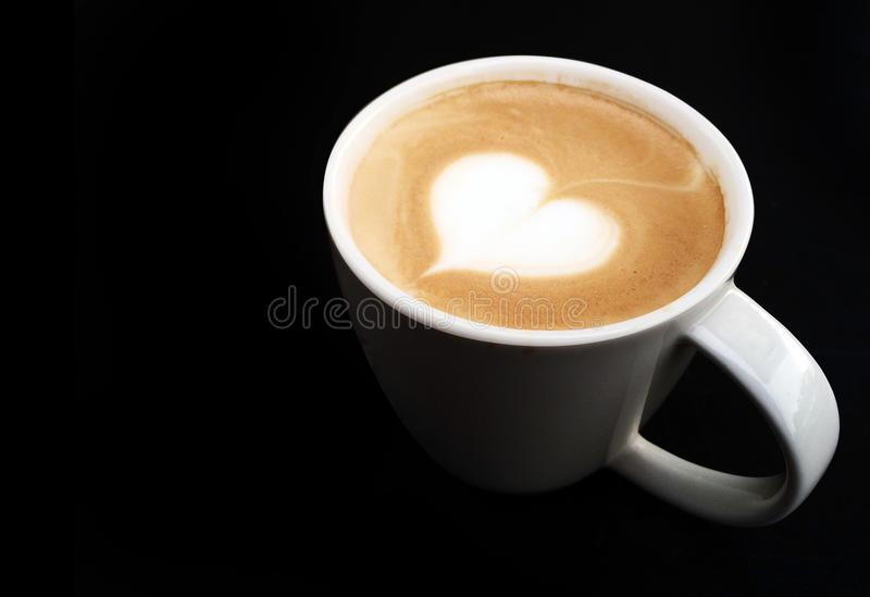 Tazza del simbolo del cuore del caffè di arte del latte immagine stock libera da diritti