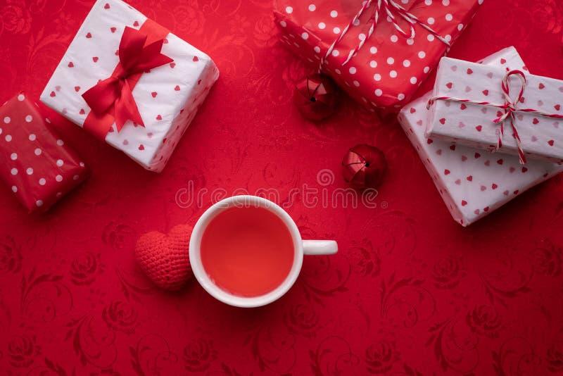 Tazza del succo di frutta e dell'insieme della decorazione dei biglietti di S. Valentino, fondo di celebrazione di San Valentino immagine stock libera da diritti