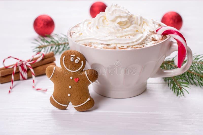 Tazza della bevanda casalinga calda del cioccolato con i biscotti montati del pan di zenzero del creamand per la festa di natale fotografia stock libera da diritti