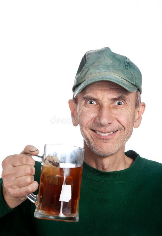 Tazza della holding dell'uomo con tè fotografia stock