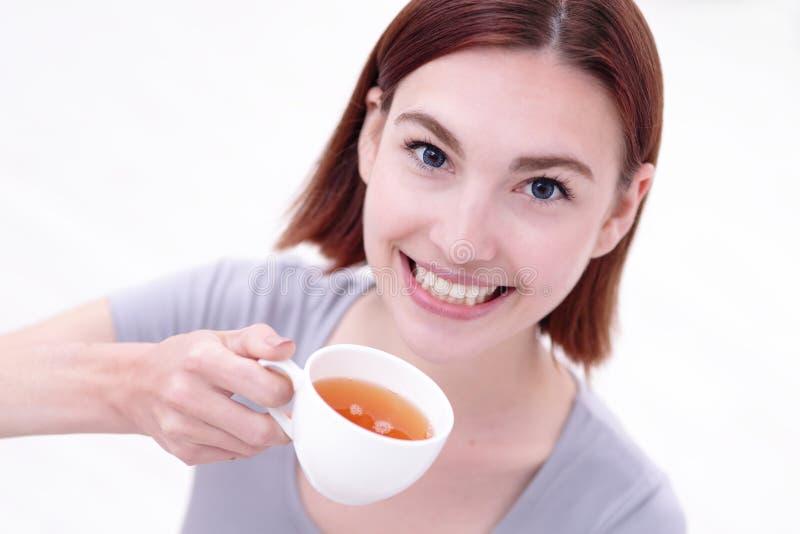 Tazza della holding della donna di tè fotografie stock libere da diritti