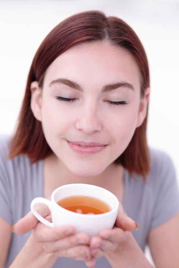 Tazza della holding della donna di tè immagini stock