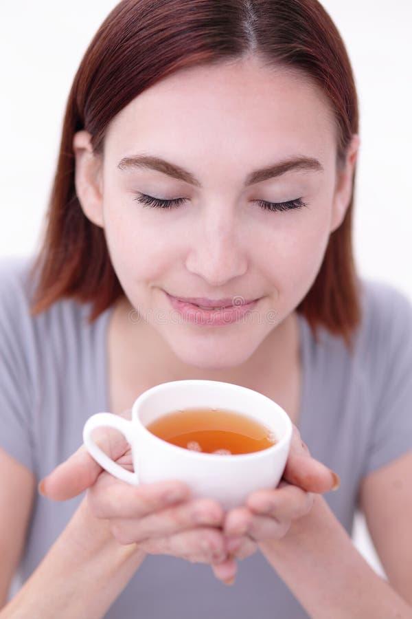 Tazza della holding della donna di tè fotografia stock libera da diritti