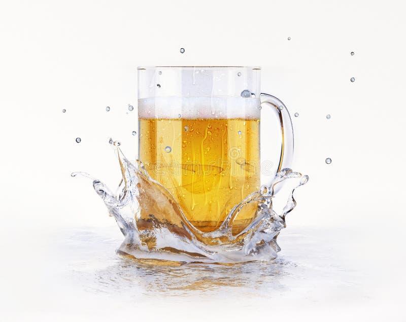 Tazza di birra che spruzza su una superficie dell'acqua. fotografia stock libera da diritti