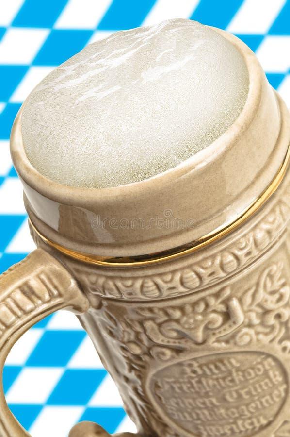 Tazza di birra con schiuma, Oktoberfest fotografie stock libere da diritti