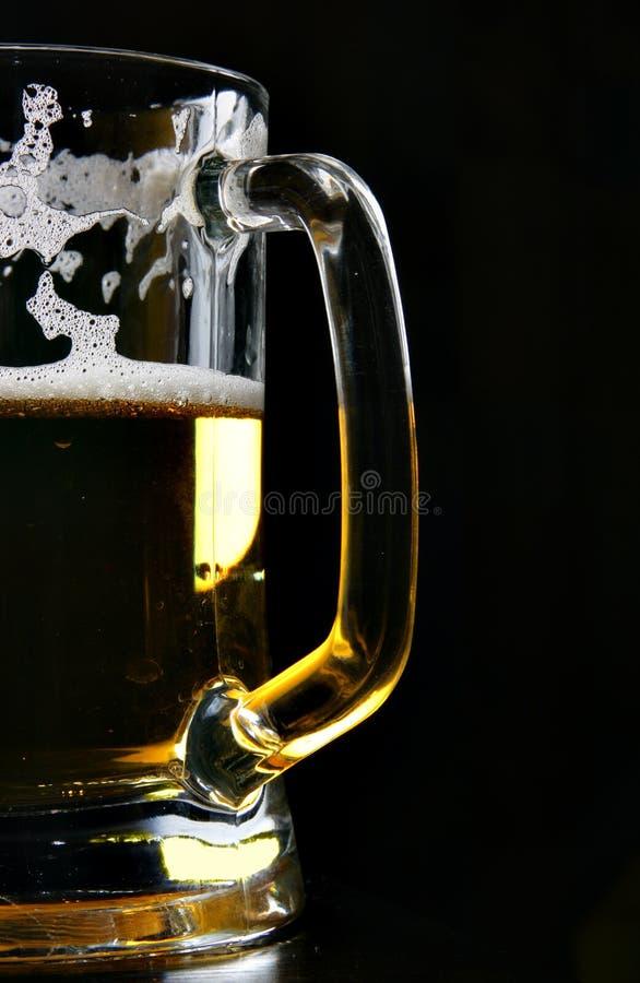 Tazza di birra sopra il nero fotografia stock