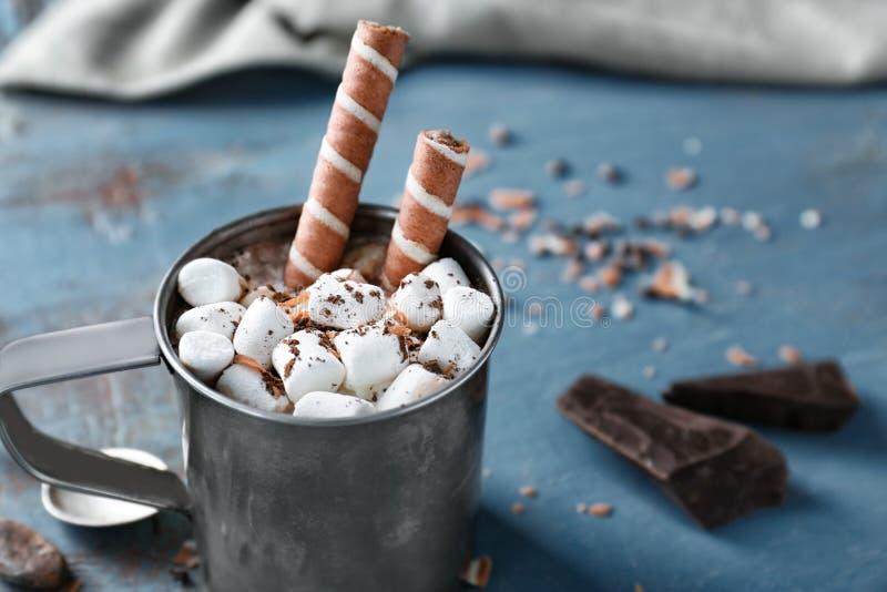 Tazza di cacao caldo con le caramelle gommosa e molle fotografia stock libera da diritti