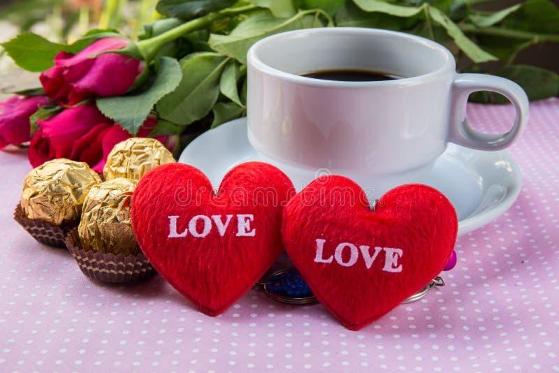 Tazza di caffè, amore del testo del cuore di forma, cioccolato, mandorle fotografie stock libere da diritti
