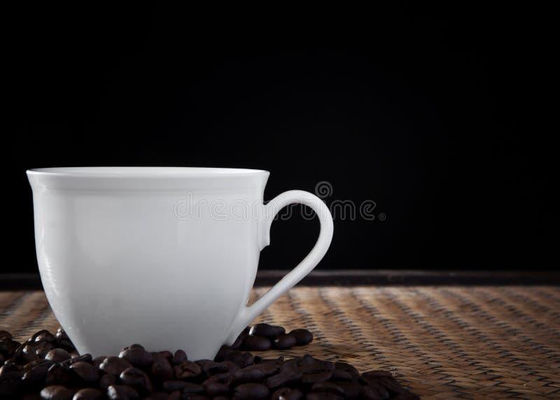 Tazza di caffè bianca all'indicatore luminoso dello studio fotografia stock