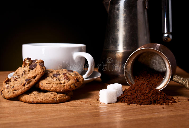 Tazza di caffè bianca con i biscotti dell'avena immagine stock