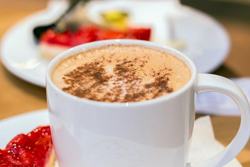 Tazza di caffè in caffetteria fotografia stock