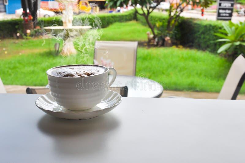 Tazza di caffè calda nel negozio di cofee fotografie stock