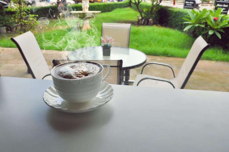Tazza di caffè calda nel negozio di cofee fotografia stock