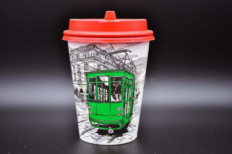 Tazza di caffè di carta su un fondo nero, un vetro di caffè con un coperchio rosso fotografie stock