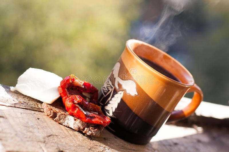 tazza di caffè che veste bianco di mattina dell'abito della ragazza fotografie stock