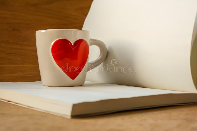 Tazza di caffè con cuore rosso fotografia stock