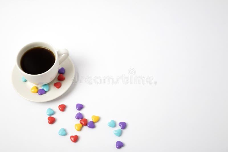 Tazza di caffè con cuore su struttura bianca Amore Rosa rossa immagine stock libera da diritti