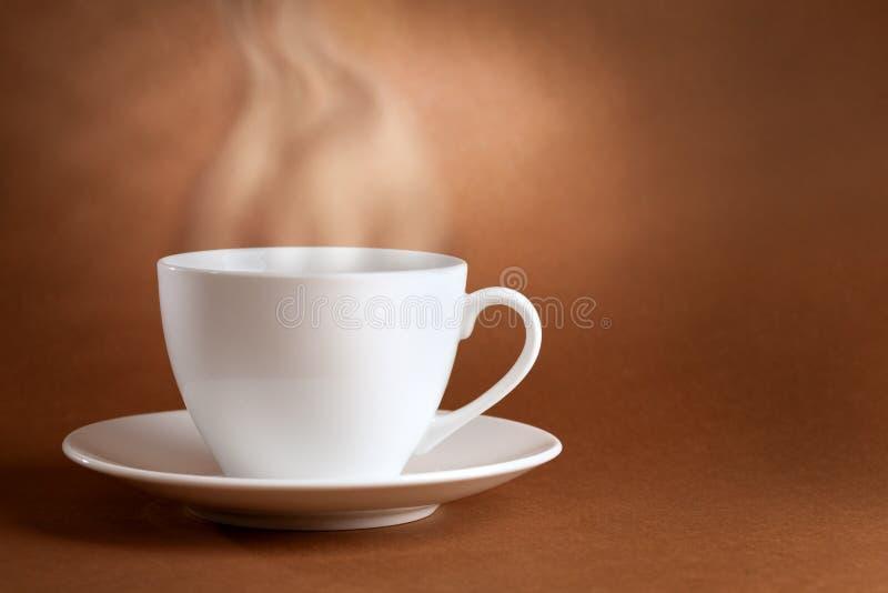 Tazza di caffè con fumo fotografia stock libera da diritti