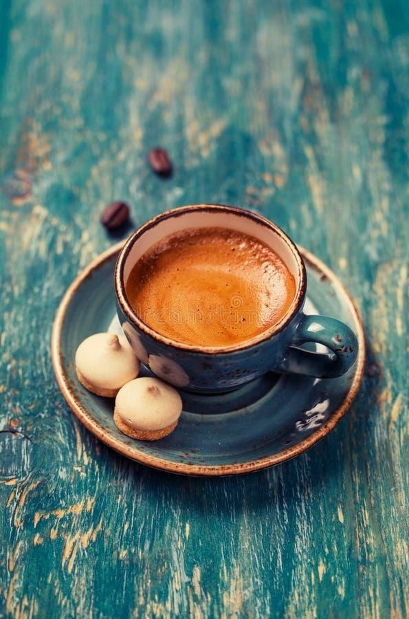 Tazza di caffè con i biscotti fotografia stock