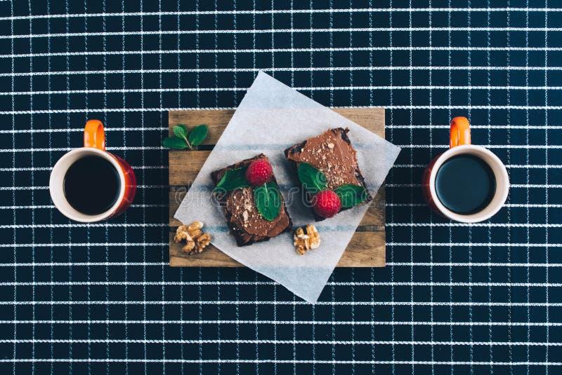 Tazza di caffè con i brownie casalinghi fotografie stock libere da diritti