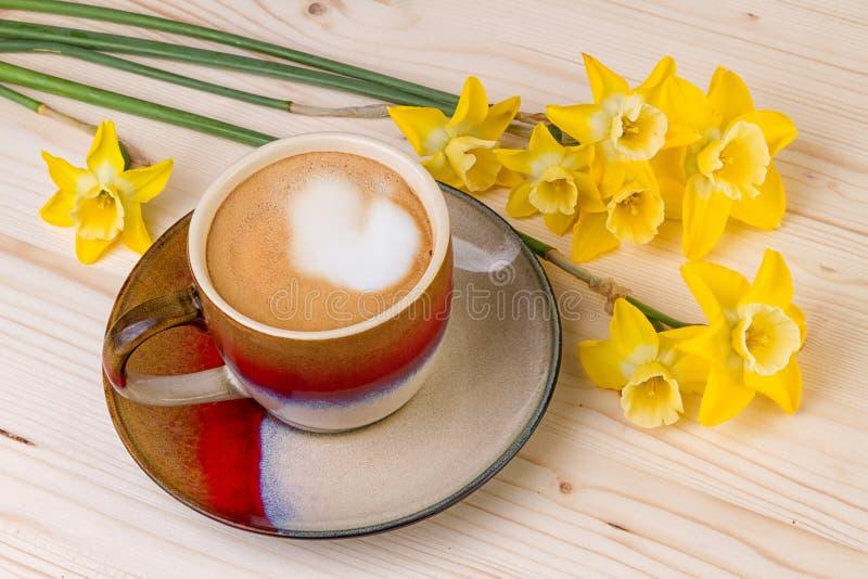Tazza di caffè con i fiori della primavera fotografie stock libere da diritti