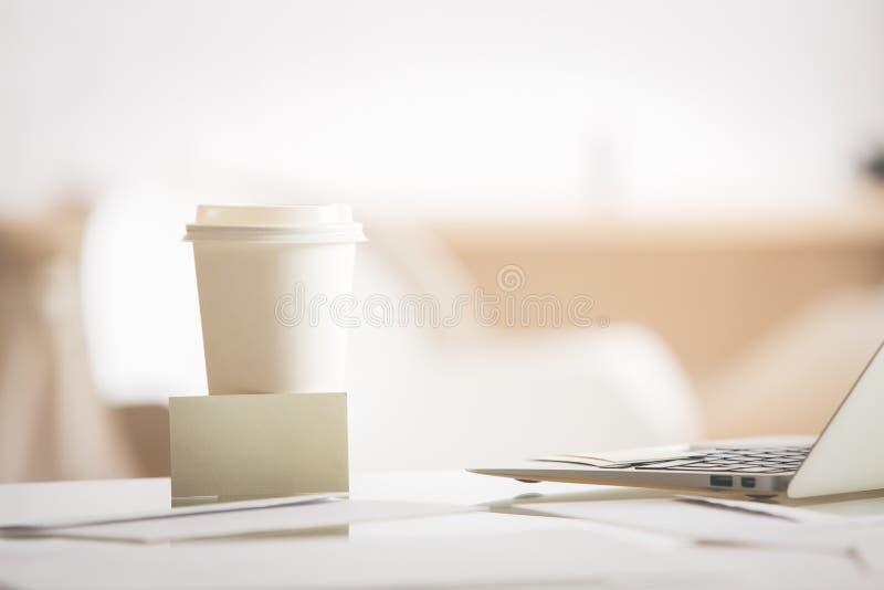 Tazza di caffè con il biglietto da visita immagini stock