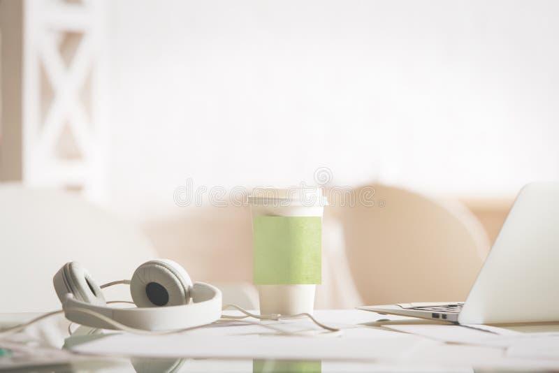 Tazza di caffè con l'autoadesivo fotografie stock