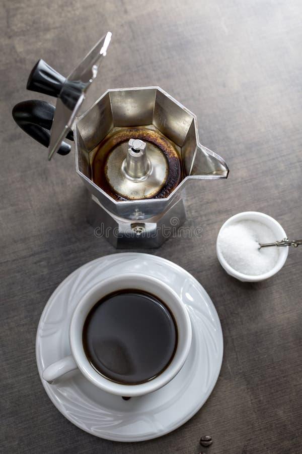 Tazza di caffè con la macchinetta del caffè fotografia stock