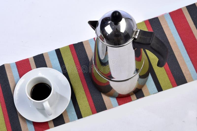 Tazza di caffè con la macchinetta del caffè sulla tavola veduta da sopra fotografia stock