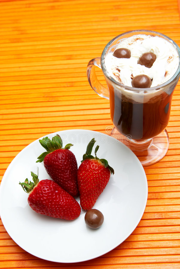 Tazza di caffè con le fragole fotografie stock libere da diritti