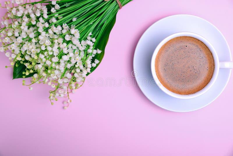 Tazza di caffè con schiuma e un mazzo fotografie stock libere da diritti