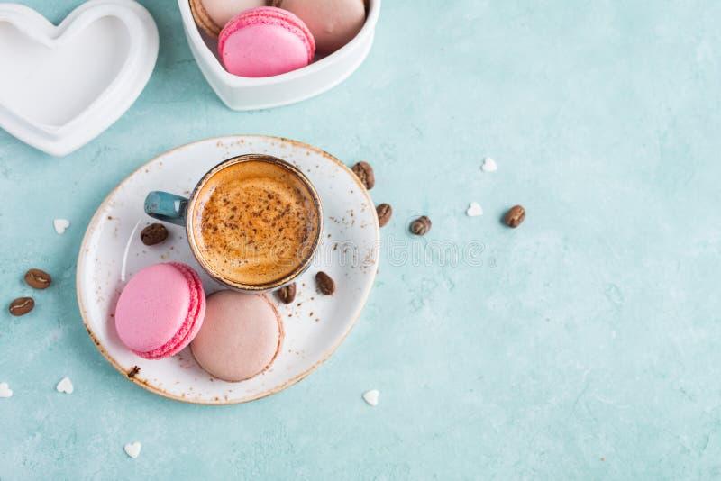Tazza di caffè con schiuma ed i maccheroni Prima colazione squisita fotografia stock