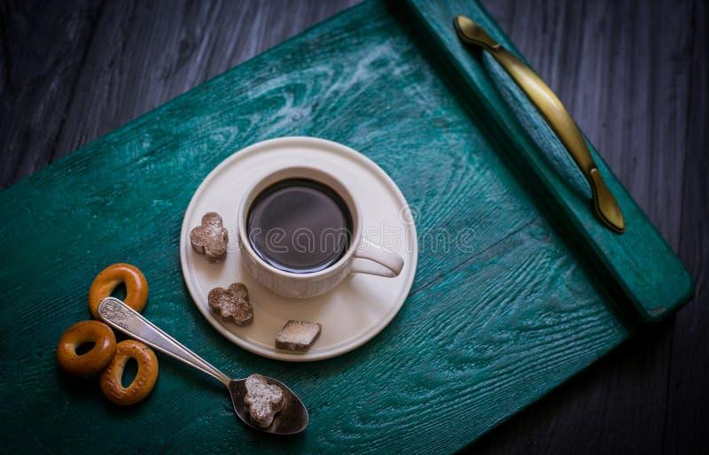 Tazza di caffè con caffè su un vassoio immagini stock