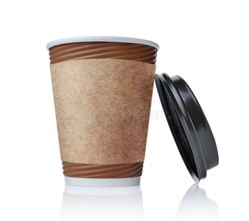 Tazza di caffè da portar via di marrone della carta in bianco con il supporto nero di tazza del mestiere e della copertura immagine stock libera da diritti
