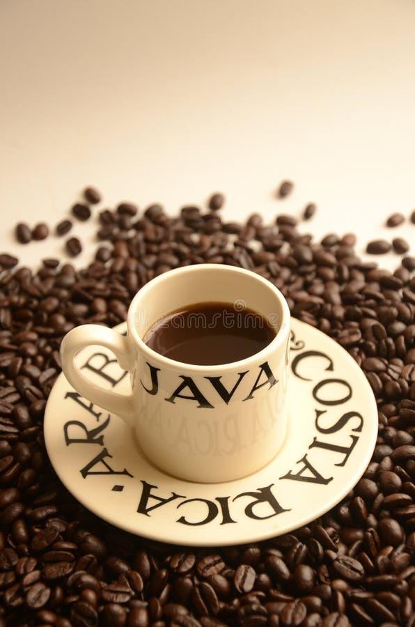 Tazza di caffè del caffè espresso con Costa Rica Arabica Beans fotografie stock libere da diritti