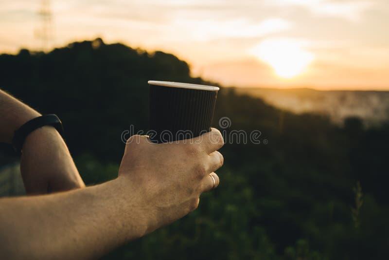 Tazza di caffè della tenuta delle mani dell'uomo fotografie stock libere da diritti