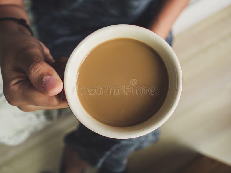 Tazza di caffè di rosso della tenuta della donna fotografie stock libere da diritti