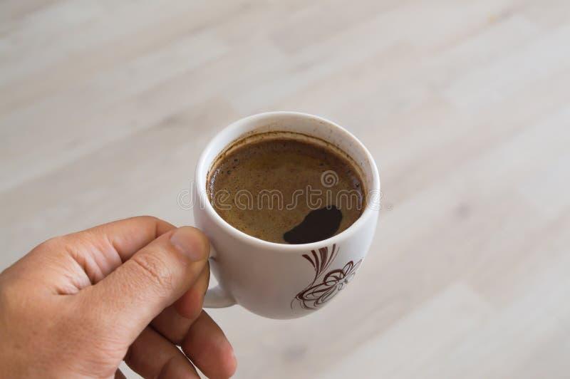 Tazza di caffè disponibila immagine stock