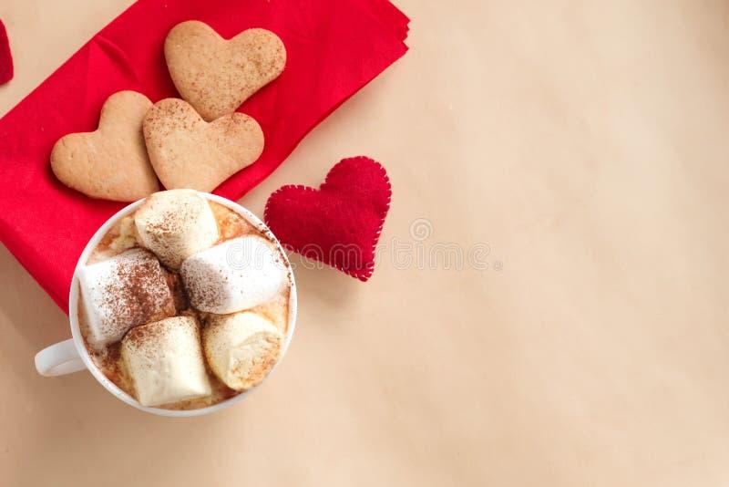 Tazza di caffè e biscotti sulla tavola di legno fotografia stock