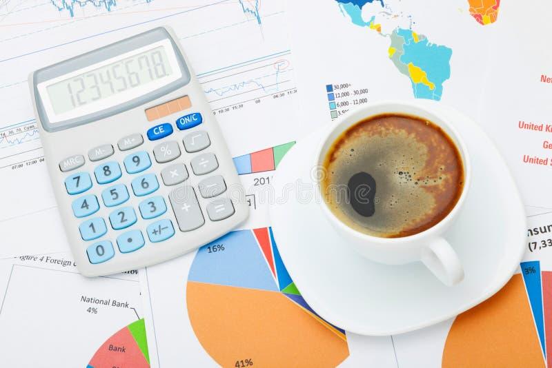 Tazza di caffè e calcolatore sopra i documenti finanziari - colpo dello studio fotografia stock