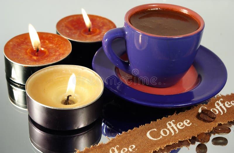 Download Tazza di caffè e candele fotografia stock. Immagine di piastra - 3892628