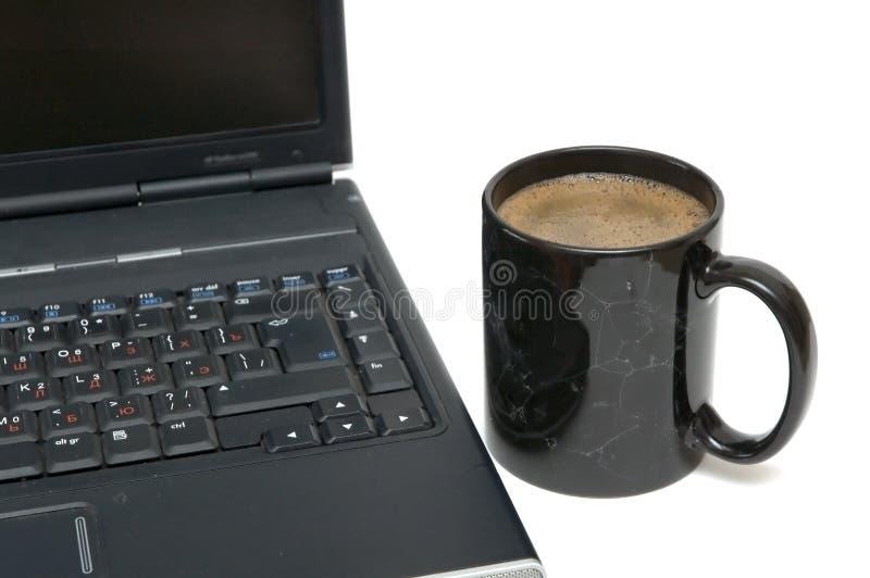 Tazza di caffè e computer portatile immagine stock libera da diritti